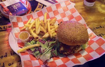 USJのアメリカンなお店でハンバーガーを食べる
