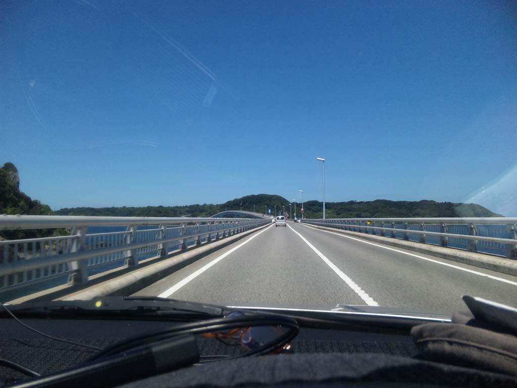 角島にかかる橋を走行中、車内から撮影