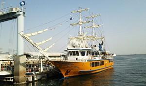 帆船型遊覧船