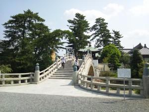 駐車場から西院への階段橋