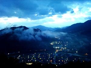 夜明け前の霧が下りた朝来の街並み