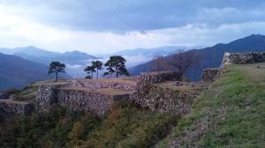 日が昇った跡の城壁跡